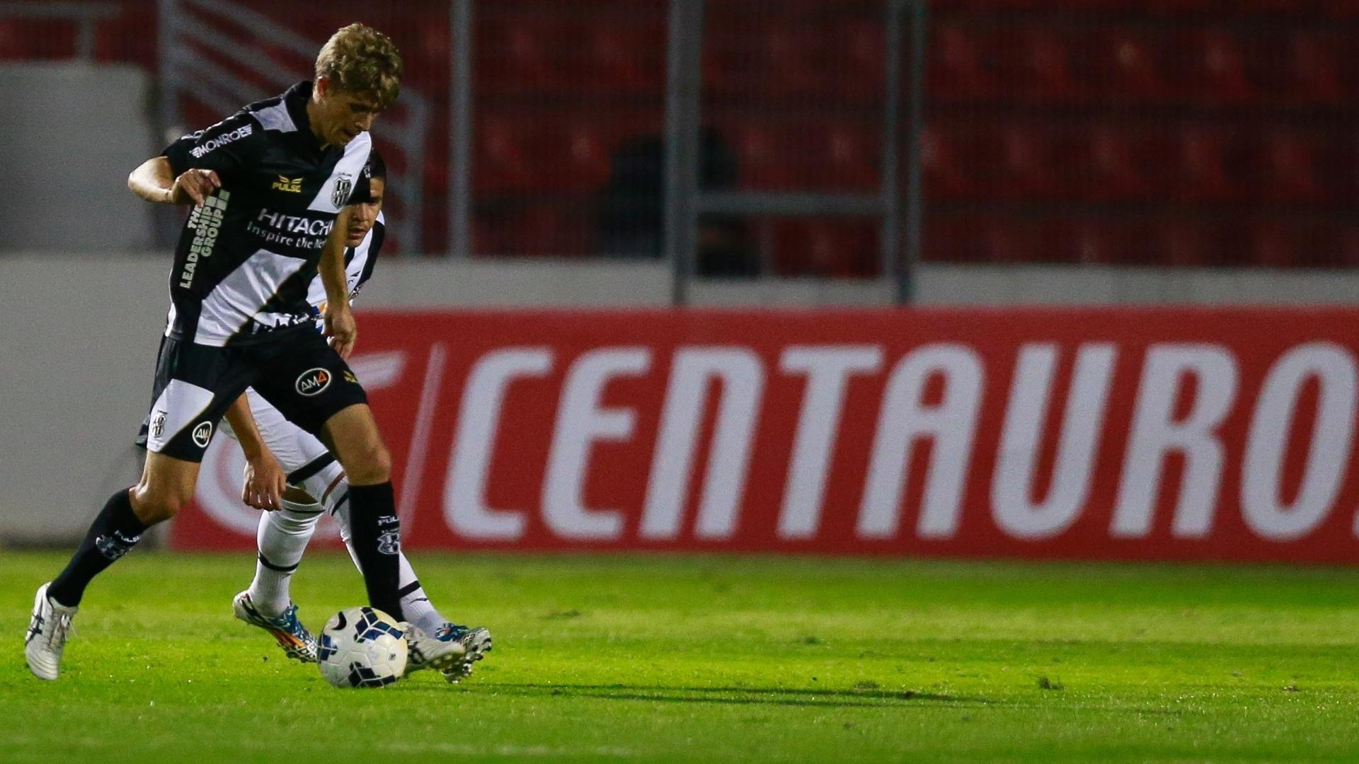 Adrianinho, da Ponte Preta, tenta evitar marcação do Vasco durante jogo pela Copa do Brasil