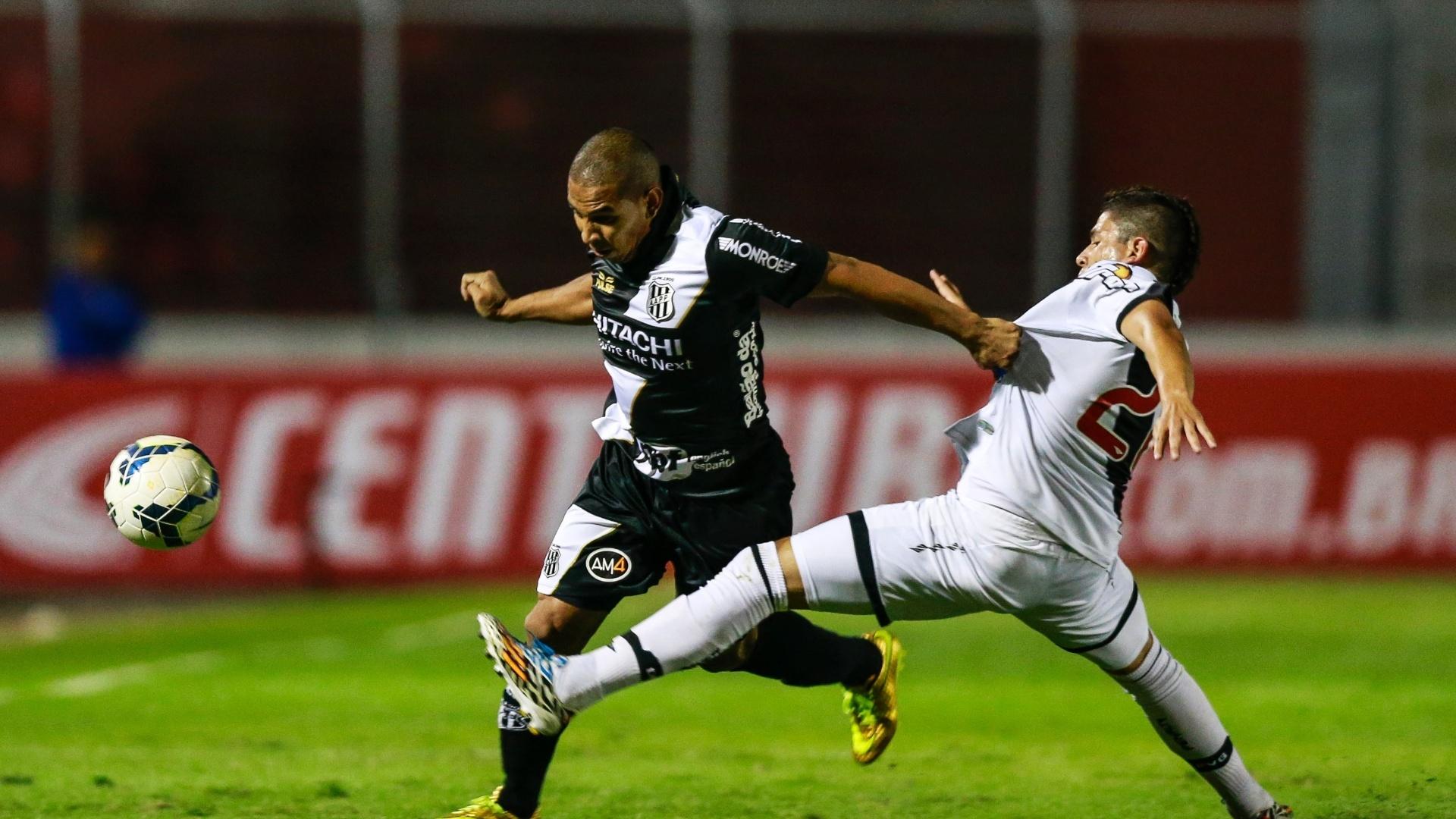 Rafael Costa, atacante da Ponte Preta, tenta vencer a marcação de Diego Renan, do Vasco, em jogo pela Copa do Brasil