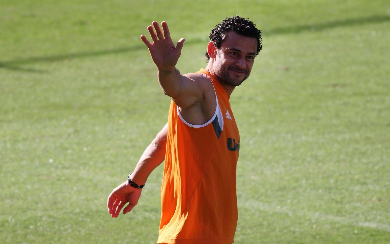 24 jul. 2014 - Fred acena para torcedores que o recepcionaram durante treino do Fluminense; atacante voltou às Laranjeiras após receber folga de dez dias por causa da Copa do Mundo