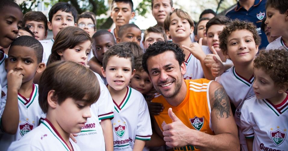 24 jul. 2014 - Fred recebe carinho de torcedores mirins do Fluminense após treinamento nas Laranjeiras