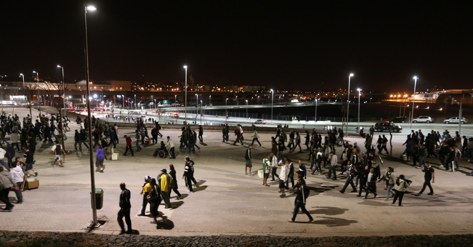 Muitos corintianos tiveram que deixar o Itaquerão às pressas para conseguir pegar a estação de metrô aberta
