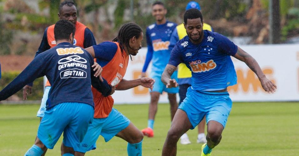 25 jul 2014 - Zagueiro Dedé domina a bola durante treino do Cruzeiro, nesta sexta-feira, na Toca da Raposa II