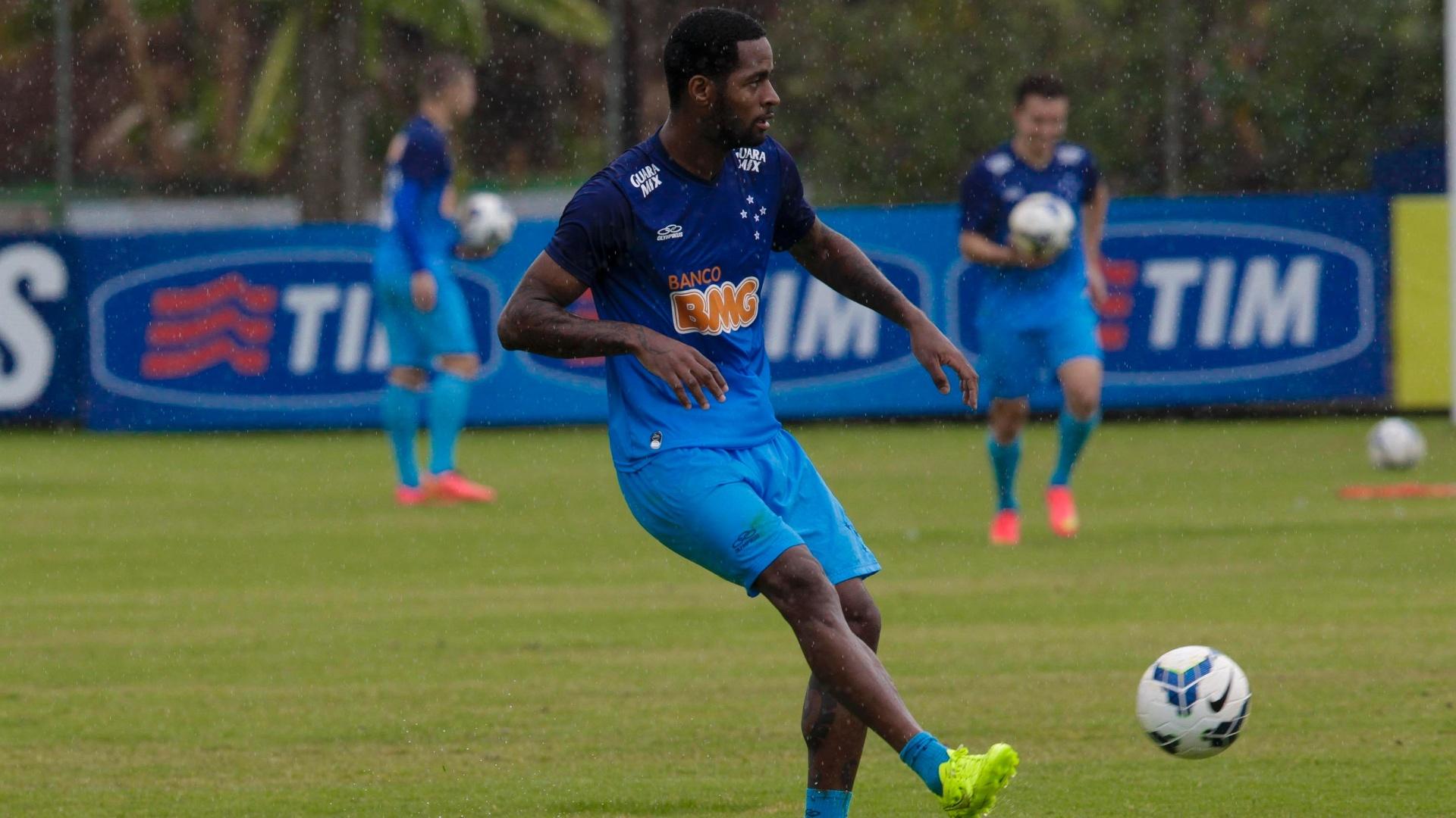 25 Jul 2014 - Zagueiro Dedé volta a jogar pelo Cruzeiro depois de dois meses e sabe que disputa pela condição de titular está muito acirrada