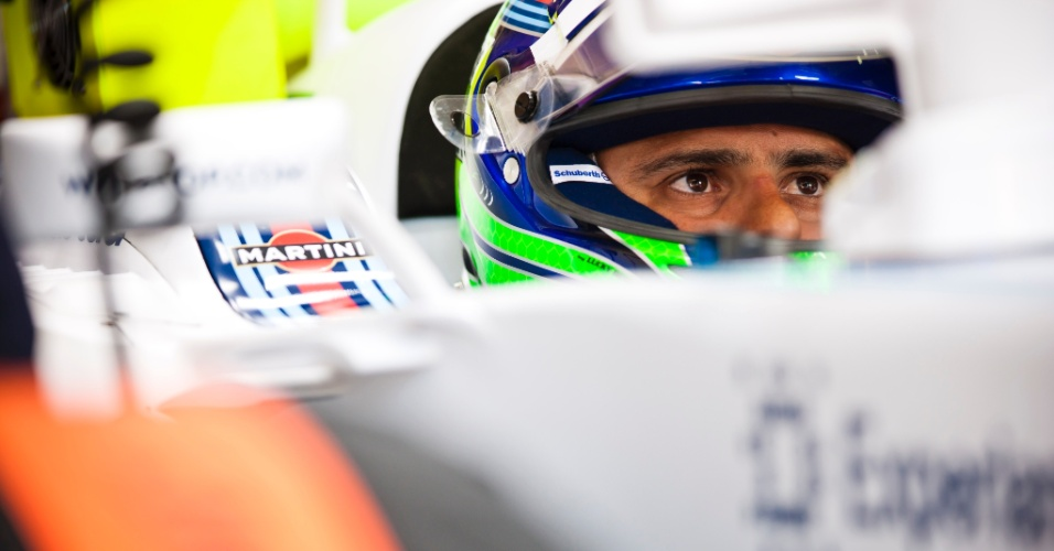25.jul.2014 - Felipe Massa observa os tempos do treino na Hungria no monitor