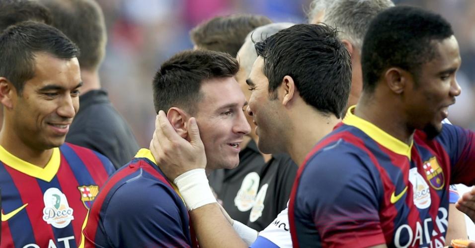 Messi e Deco se abraçam antes da partida em tributo ao jogador português