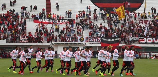 Jogadores do Flamengo treinam diante da torcida na sede do clube, na Gávea