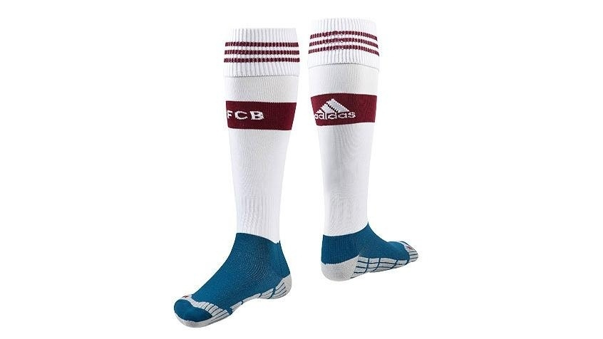 26.jun.2014 - Novo uniforme inclui também meias brancas com detalhes em vinho