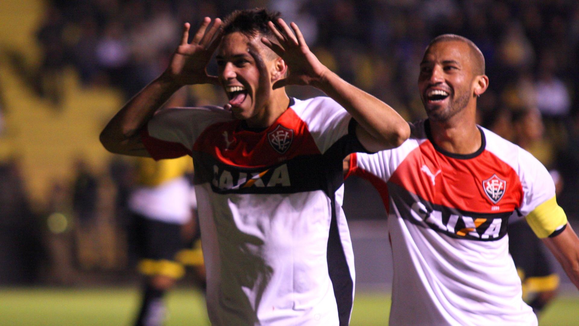 Caio comemora segundo gol do Vitória no triunfo contra o Criciúma