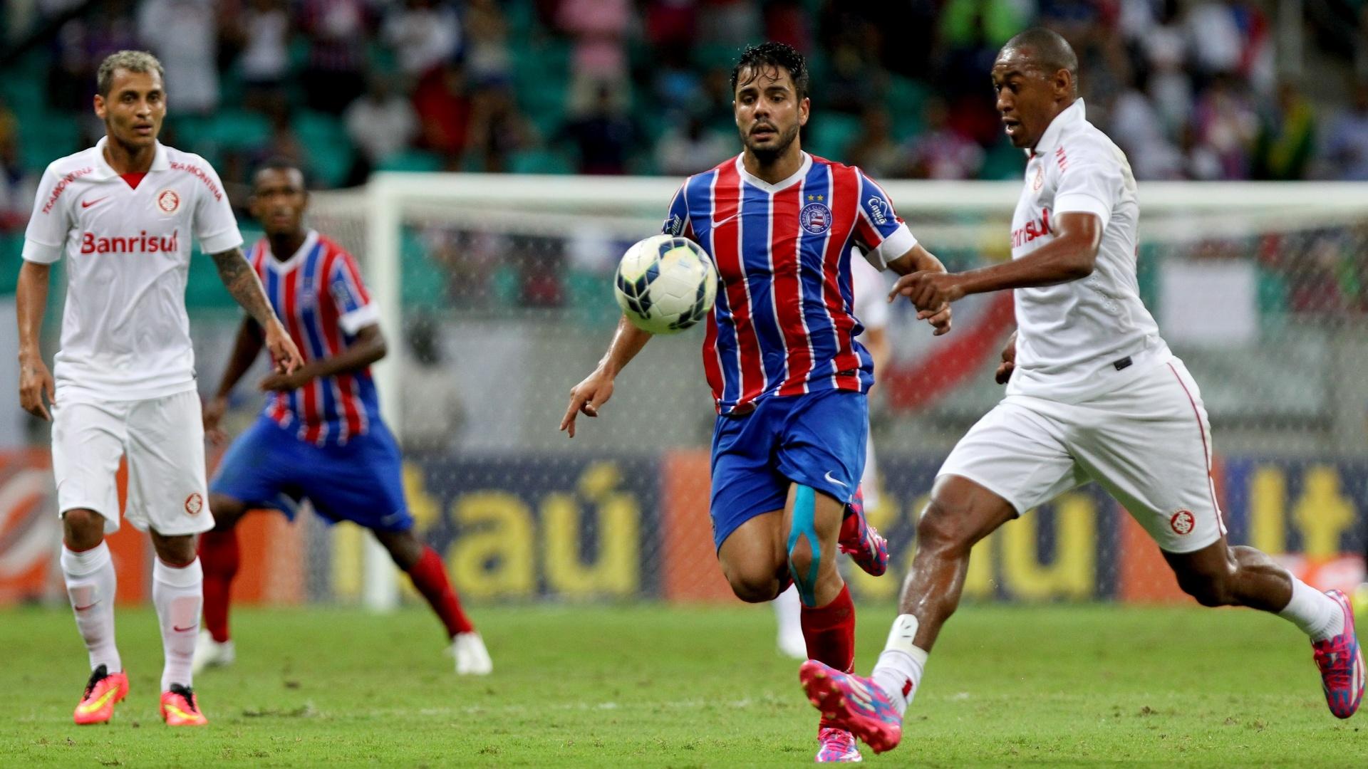 Lateral Fabrício, do Inter, disputa bola com o atacante Henrique, do Bahia, em partida na Arena Fonte Nova