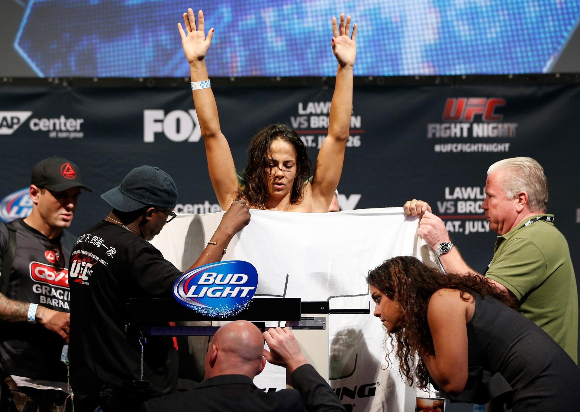 Toalha cobre o corpo de lutadora brasileira que tirou o biquíni numa tentativa frustrada de bater o peso para luta do UFC