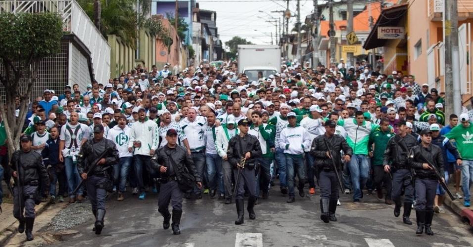 Policiais militares escoltam torcedores de organizada do Palmeiras na chegado ao Itaquerão neste domingo (27) - 27 julho 2014