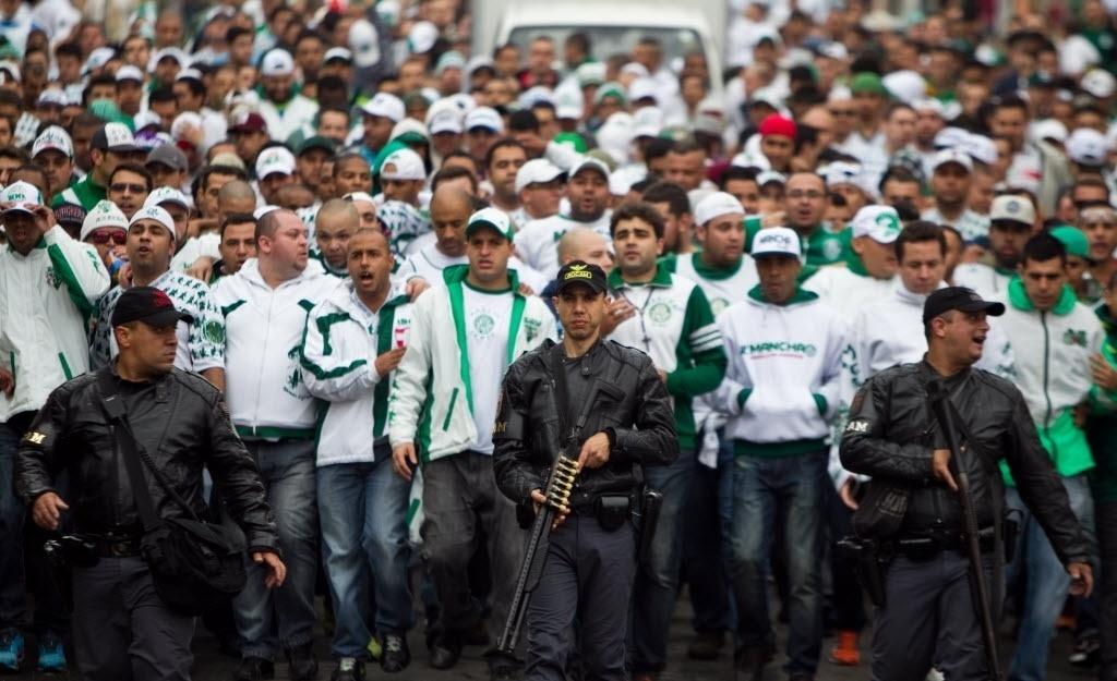 Torcida do Palmeiras é escoltada na chegada ao Itaquerão para o clássico contra o Corinthians - 27 julho 2014