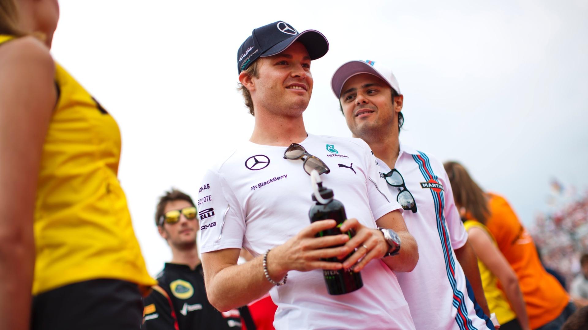 27.jul.2014 - Nico Rosberg e Felipe Massa caminham pela pista de Hungaroring antes do GP da Hungria