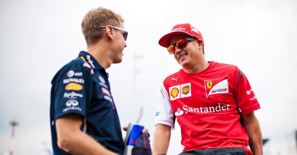 27.jul.2014 - Sebastian Vettel e Kimi Räikkönen batem papo antes da largada do GP da Hungria