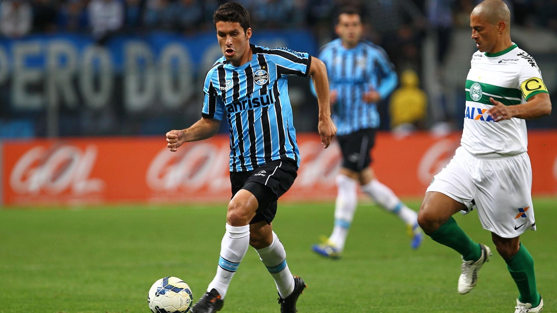 Capitão do Coritiba, o meia Alex acompanha o adversário no jogo contra o Grêmio - 27 julho 2014