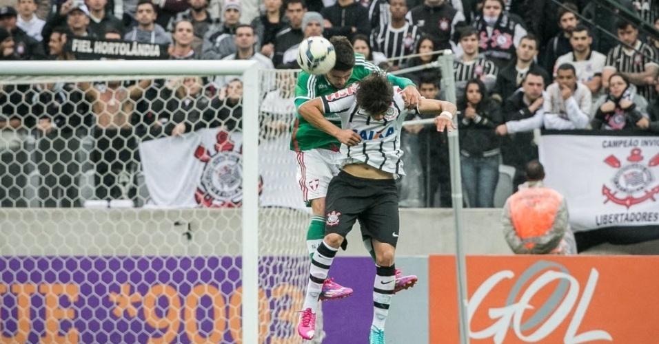 Disputa na bola área no jogo entre Corinthians e Palmeiras válido pelo Campeonato Brasileiro