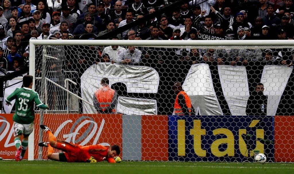 Instante em que a bola entrou no gol no chute de Guerrero que abriu o placar em favor do Corinthians - 27 julho 2014