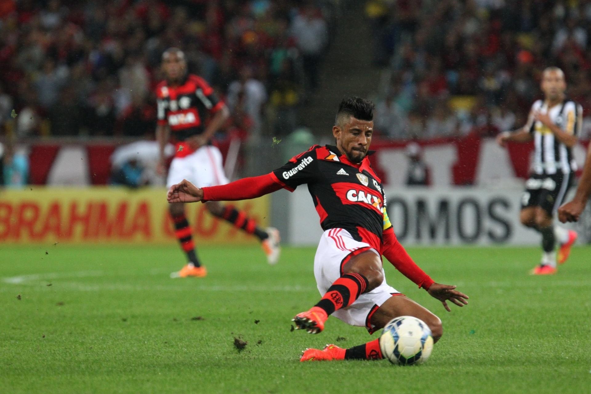 Leo Moura dá um carrinho para recuperar a bola no jogo contra o Botafogo - 27 julho 2014