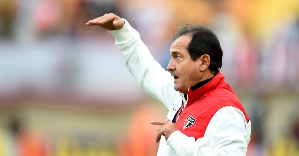 Muricy Ramalho orienta jogadores do São Paulo na estréia de Kaká