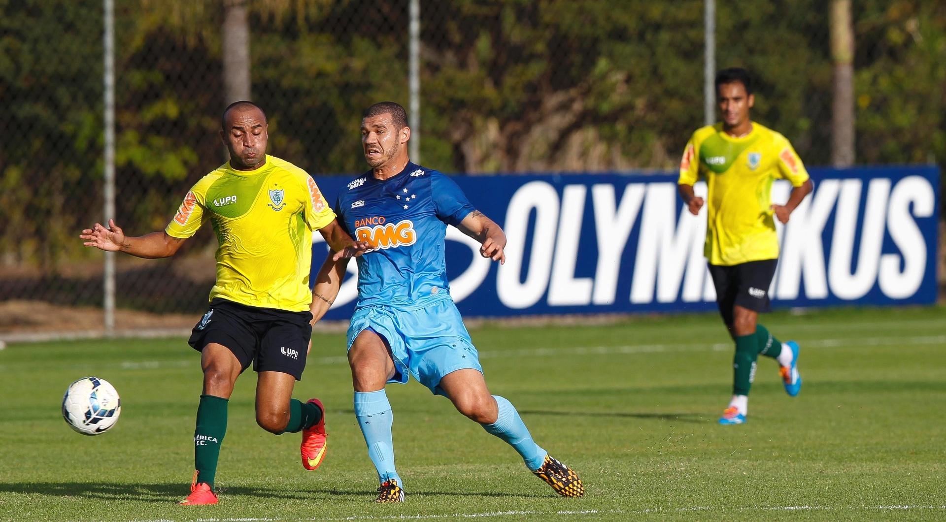 28 Jul. 2014 - Volante NIlton participa de jogo-treino do Cruzeiro contra o América-MG na Toca da Raposa II