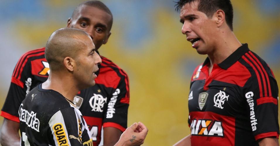 27 jul. 2014 - Botafoguense Emerson Sheik reclama de jogadores do Flamengo durante clássico no Maracanã