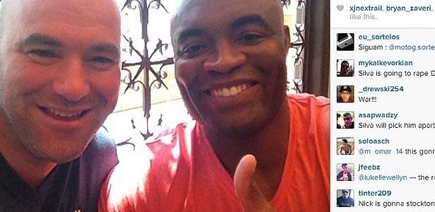 Dana White posa ao lado de Anderson Silva para comemorar o retorno do lutador brasileiro ao UFC