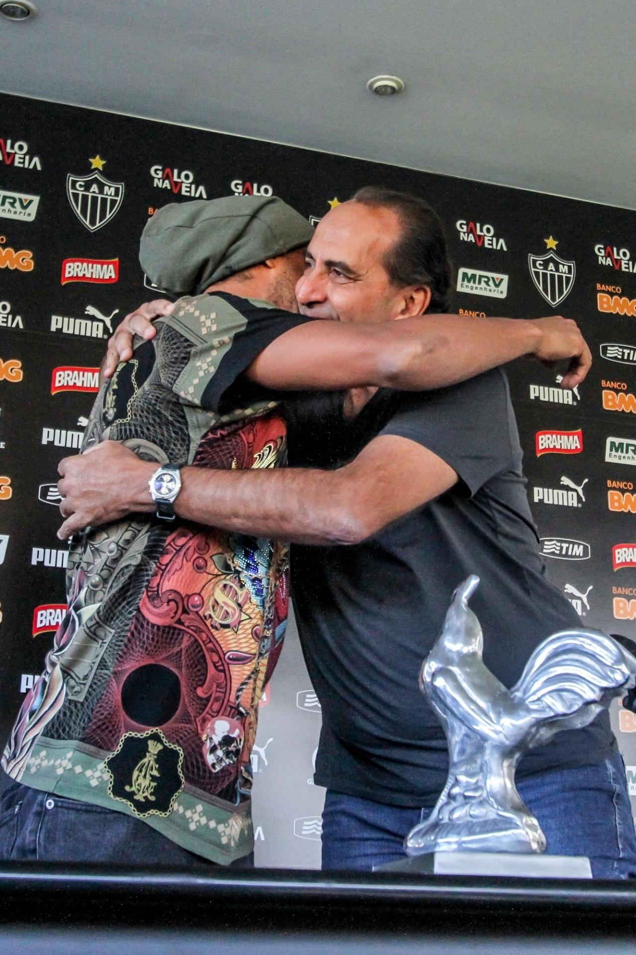 30 Jul. 2014 - Ronaldinho Gaúcho abraça o presidente Alexandre Kalil em despedida do Atlético-MG