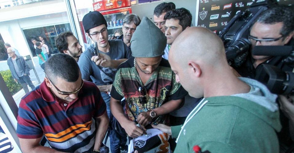 30 jul 2014 - Ronaldinho Gaúcho dá autógrafo a atleticanos em sua despedida do clube que defendeu nos últimos dois anos