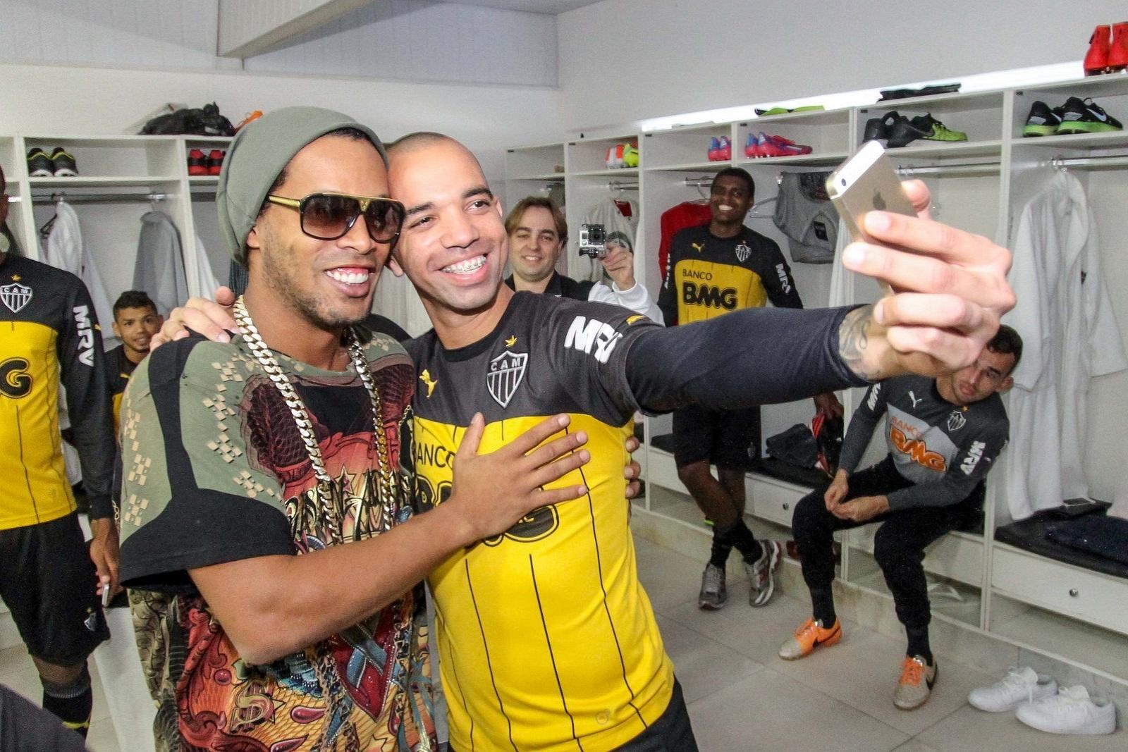 30 jul 2014 - Ronaldinho Gaúcho e Diego Tardelli posam para foto no vestiário da