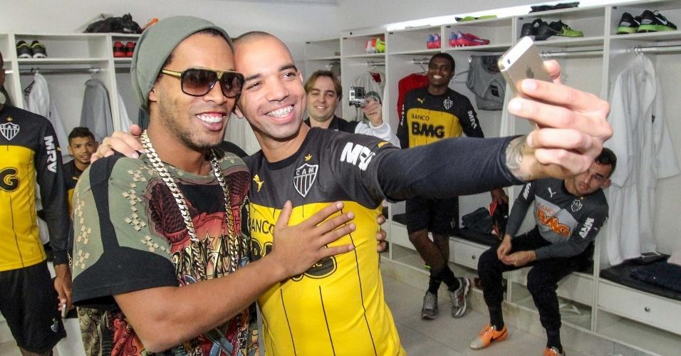 30 jul 2014 - Ronaldinho Gaúcho e Diego Tardelli posam para foto no vestiário da Cidade do Galo, na despedida do craque do Atlético-MG