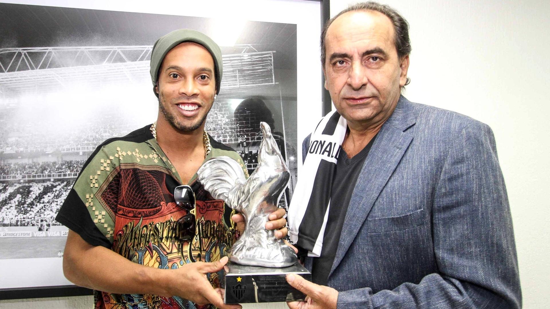 30 Jul. 2014 - Ronaldinho Gaúcho recebe o Galo de Prata do presidente Alexandre Kalil na despedida do Atlético-MG