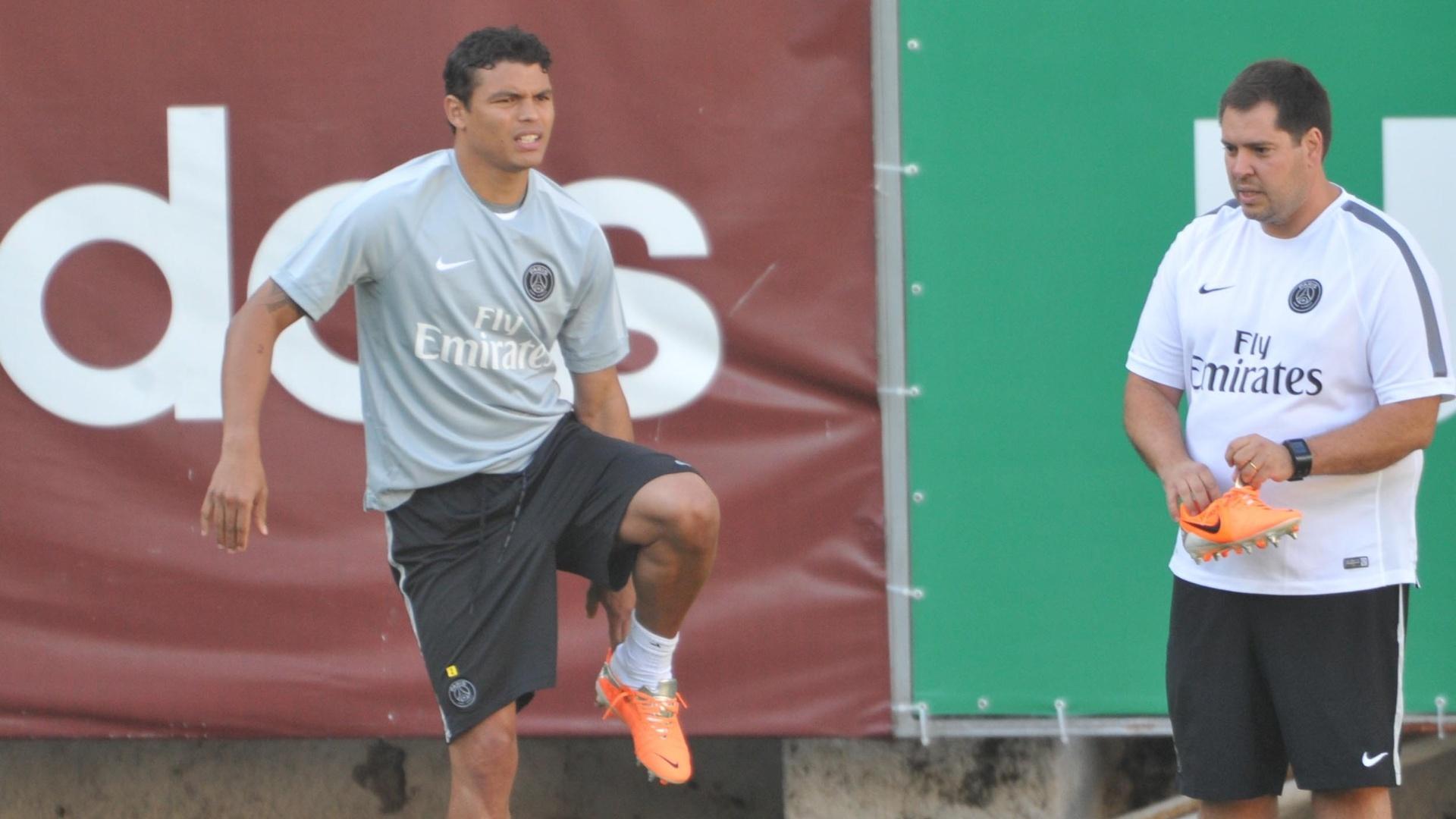 30 jul. 2014 - Zagueiro Thiago Silva, com a camisa de treino do PSG, realiza exercícios físicos na sede do Fluminense