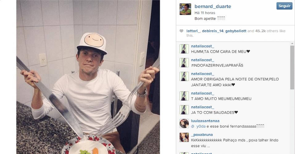Bernard, atacante da seleção brasileira na Copa, se diverte com 'talheres gigantes' durante as suas férias do Shakhtar Donetsk, da Ucrânia