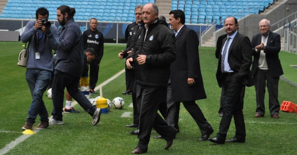 Felipão chegar ao gramado da Arena do Grêmio para o primeiro treino com o clube