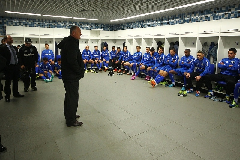 31 jul 2014 - Felipão conversa com jogadores do Grêmio no vestiário da Arena