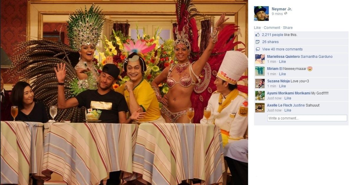 31.jul.2014 - Com passistas e apresentador vestindo camisa do Brasil, Neymar participa de programa de TV japonês