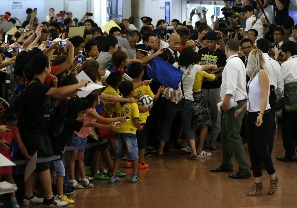 31.jul.2014 - Multidão que foi a aeroporto em Tóquio, no Japão, tenta um autógrafo do brasileiro Neymar, que foi ao país para cumprir compromissos publicitários