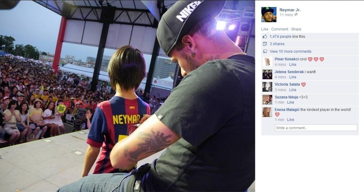 31.jul.2014 - Neymar autografa camisa do Barcelona de jovem torcedora durante evento no Japão