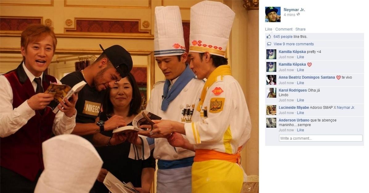 31.jul.2014 - Neymar autografa livro de apresentadores do programa 'Bistro Smap' da rede japonesa Fuji TV