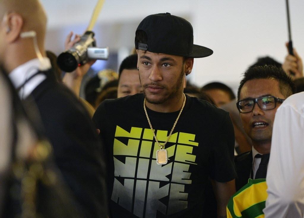31.jul.2014 - Neymar desembarca no Japão com recepção de centenas de fãs em aeroporto