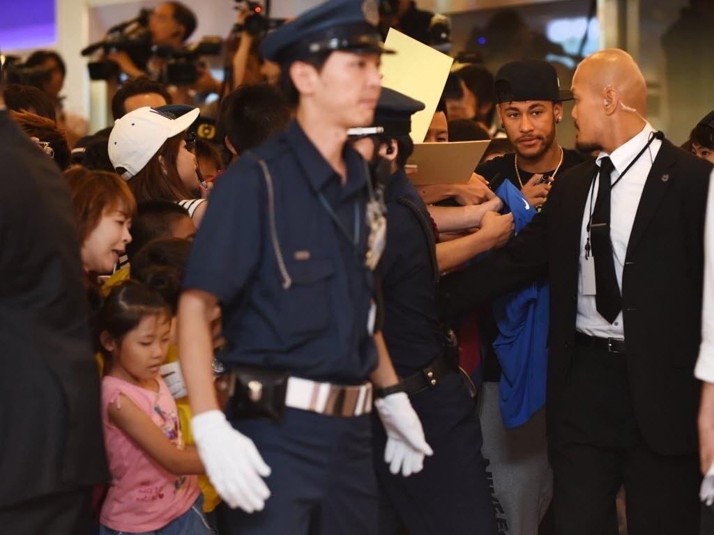 31.jul.2014 - Neymar é recebido por multidão de japoneses em aeroporto de Tóquio
