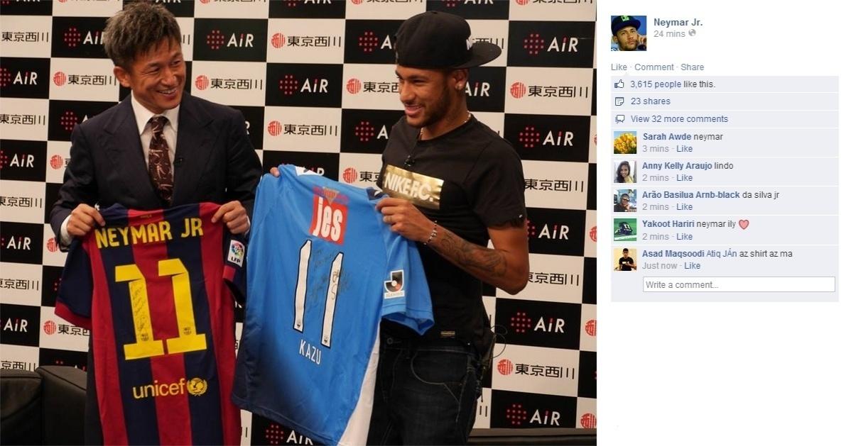 31.jul.2014 - Neymar posa ao lado do ex-jogador e ícone do Santos Kazuyoshi Miura, o Kazu. O jogador asiático foi o primeiro japonês a atuar no futebol brasileiro