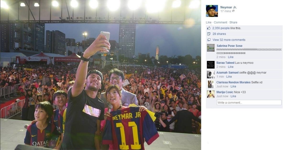 31.jul.2014 - Neymar tira 'selfie' com fãs durante evento em Tóquio, no Japão