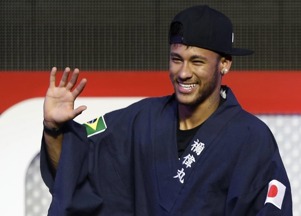 31.jul.2014 - Neymar usa quimono com bandeiras de Brasil e Japão em evento para os fãs em Tóquio