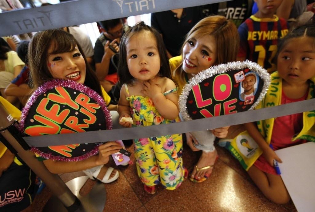31.jul.2014 - Torcedoras exibem o carinho por Neymar na chegada do brasileiro a Tóquio, onde irá cumprir compromissos publicitários