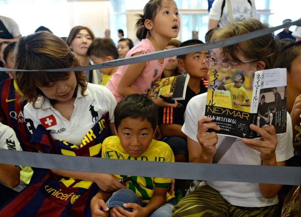 31.jul.2014 - Torcedores japoneses se apertam no aeroporto de Tóquio para recepcionar Neymar e tentar um autógrafo do jogador