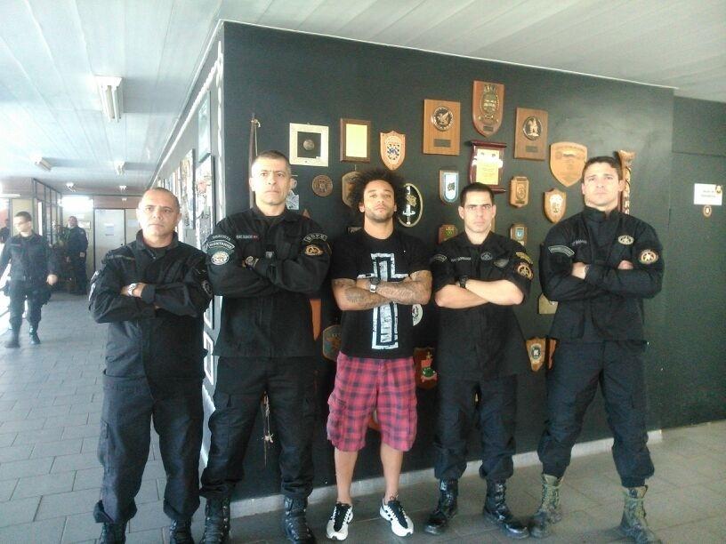 De férias no Rio de Janeiro, o lateral Marcelo visitou o Bope, no dia 30 de julho, e posou para foto com cara de mau