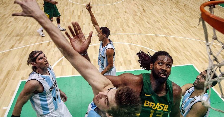 01.ago.2014 - Nenê Hilário briga pelo rebote durante o jogo entre Brasil e Argentina no Rio