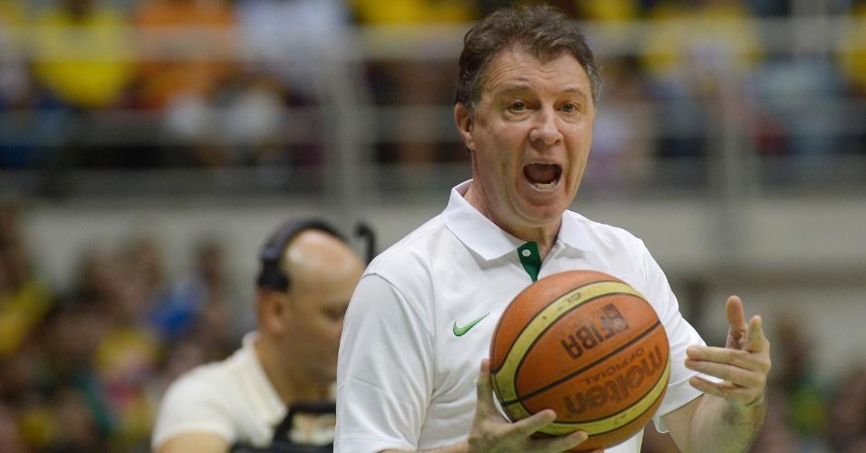 01.ago.2014 - Técnico Rubén Magnano passa orientações durante o jogo entre Brasil e Argentina no Rio