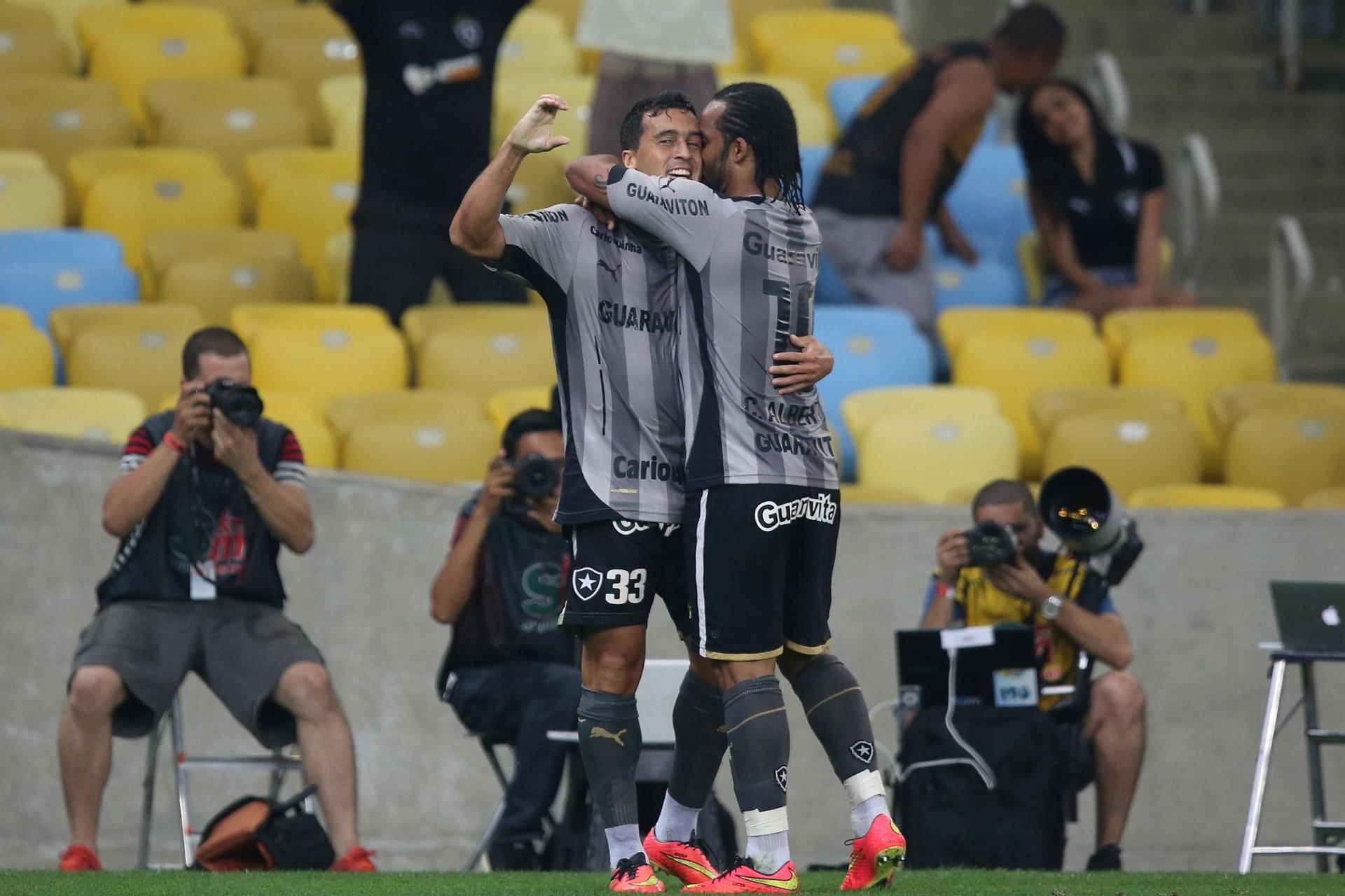 02.ago.2014 - Carlos Alberto comemora com Edilson, que abriu o placar para o Botafogo contra o Cruzeiro